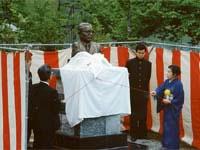 初代校長の永田菊四郎先生(当時、日本大学総長)の胸像を建立の様子